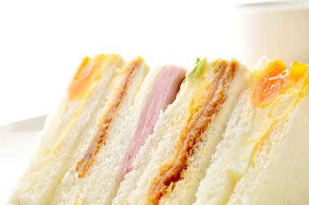 机の上のサンドイッチ 写真素材
