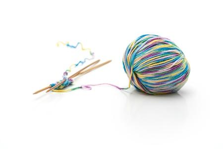 gomitoli di lana: Colorful maglia feltro con l'ago su sfondo bianco Archivio Fotografico