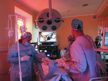 humanisme: Odessa, Ukraine - 9�me Octobre, 2014: Le chirurgien et le personnel charg� chirurgie laparoscopique avec un moniteur �lectronique, ceci est une technique d'imagerie m�dicale qui permet de visualiser les organes internes de contr�le au cours de l'op�ration.