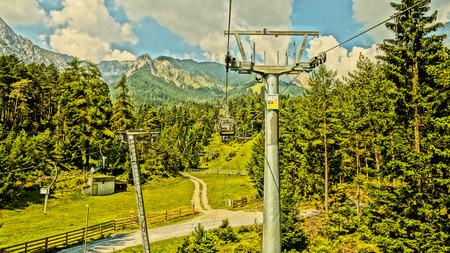 Aussicht, Spa , Wiese, sterreich, Himmel Berge Gr n Tannen Bahn Seil Standard-Bild