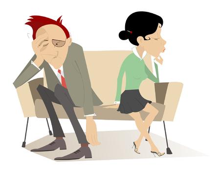 Enttäuschung. Mann und Frau in gedrückter Stimmung sitzen im Gegenteil Kanten des Sofas
