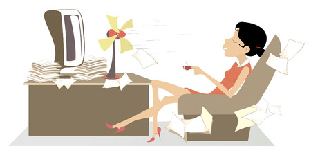 Calor en la oficina, mujer, ventilador de mesa y una taza de café o té ilustración. La mujer en la oficina se sienta en el sillón frente al ventilador de mesa, disfruta del aire fresco y bebe una taza de café o té