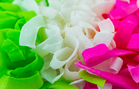 Candied Coconut Chip ( Candied Coconut ribbon ), sweet snack known as Ma Prao Gaew in Thianland Imagens