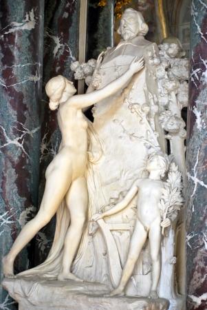 Una estatua de piedra del hombre y de la mujer
