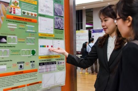 custumer: A researcher explain her work to custumer Editorial