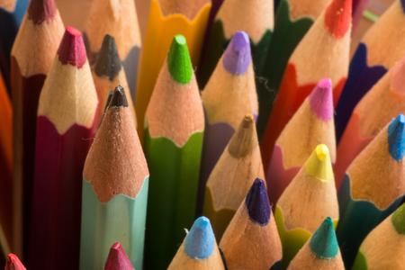 grafito: Surtido de lápices de grafito y de color Foto de archivo