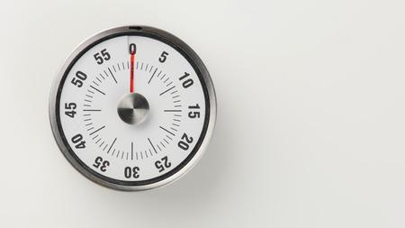 Compte à rebours de cuisine analogique vintage avec cadran de l'horloge classique et affichage de l'heure restante rouge, 0 minutes restantes Banque d'images - 81222869