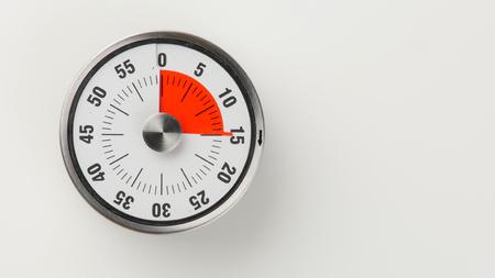 Compte à rebours de cuisine analogique vintage avec cadran de l'horloge classique et affichage de l'heure restante rouge, 15 minutes restantes Banque d'images - 81242593