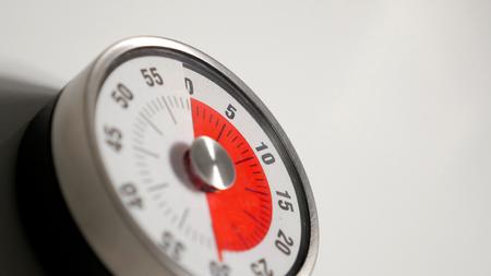 クラシック ヴィンテージ キッチンのカウント ダウン タイマーすぐアナログ時計の文字盤と残り時間表示、30 分左、赤のショットを低の被写し界深
