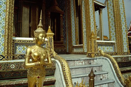 Een prachtige gouden standbeeld siert de Grand Palace in Bangkok, Thailand.