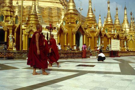 De Shwedagon Pagoda in Yangon (Myanmar) is een van de meest adembenemende gebedsplaatsen op onze planeet. Ieder goed boeddhistische in Myanmar hoopt te maken van een bedevaart hier minstens eenmaal in hun leven.