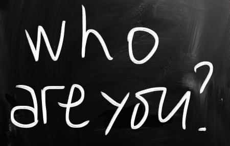 "personal identity: ""�Qui?eres t?ot;, escrita a mano con tiza blanca sobre una pizarra"