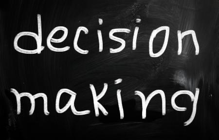 """toma de decision: """"La toma de decisiones"""", escrita a mano con tiza blanca sobre una pizarra"""