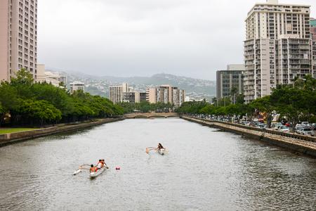 アラワイ運河、ワイキキ、ハワイで漕ぐカヌー 写真素材