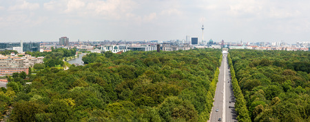 Tiergarten and Berlin city skyline at end of Strasse Des17 Juni, Germany 写真素材