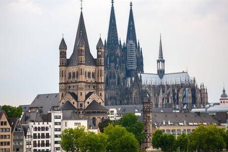 グレート・セント・マーティン教会とケルン大聖堂を備えたケルン市内のスカイライン(ドイツ) 写真素材
