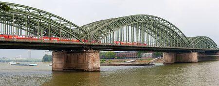 ホーエンツォレルンブルック、ホーエンツォレルン橋、ライン川に架かる鉄道と歩道橋、ケルン、ドイツ