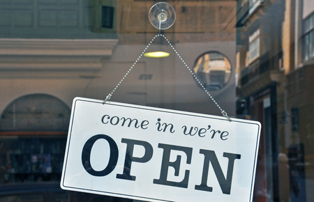 puertas abiertas: Abra la muestra en café de la calle Foto de archivo