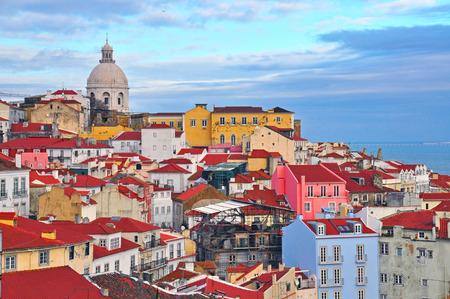 アルファマ地区、リスボン、ポルトガルのカラフルな家