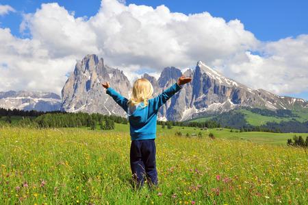 Piccolo viaggiatore in Dolomiti, Italia Archivio Fotografico