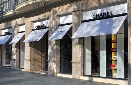 バルセロナ, スペイン - 12 月 8 日: 2014 年 12 月 8 日にはバルセロナの通りのファサードのシャネル本店。シャネルはフランスに拠点を置く豪華な服ブ