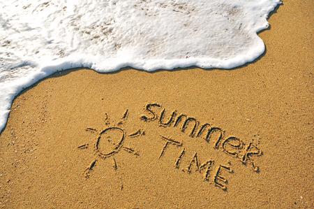 모래 해변에서 여름 시간 기호