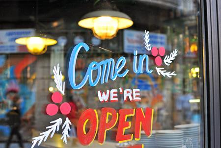 Open teken in de straat cafe