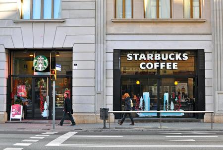 バルセロナ, スペイン - 12 月 30 日: 2014 年 12 月 30 日にはバルセロナの通りのスターバックスのコーヒー ショップ。スターバックスは世界最大の喫茶 報道画像
