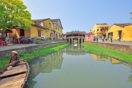 ponte giapponese: HOI AN, VIETNAM - MARCH 12: View of the ancient japanese bridge in Hoi Anold town, Vietnam on March 12, 2015. Hoi An is a city of Vietnam, on the coast of the East Sea.