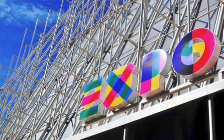 2015 年 6 月 20 日に建物のミラノ, イタリア - 2015 年 6 月 20 日: エキスポ ミラノ 2015年ロゴ。万博 2015年、ミラノ、イタリアによってホストされて現在 報道画像