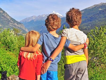 山の中の 3 人の子供