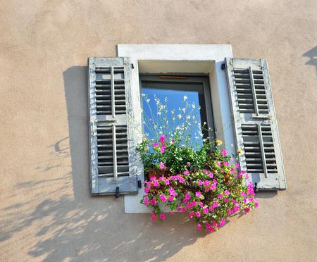 ventana abierta: Ventana con flores en la casa francés
