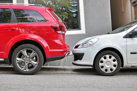 サン ジェルヴェ, フランス - 8 月 13 日: 2015 年 8 月 13 日にサンジェルヴェの通りで 2 台の車を止めた。サン ジェルヴェ、サヴォワ、フランスのコミ