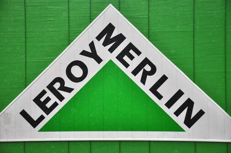mago merlin: Mosc�, Rusia - 10 de octubre, 2015: logotipo de la empresa Leroy Merlin el 10 de octubre de 2015. Leroy Merlin es un minorista de bricolaje franc�s en todo el mundo.