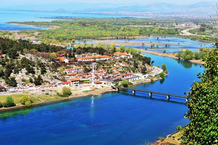 川、アルバニアの村の空中写真 写真素材