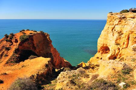 Toneelmening van klippen op het strand van Carvoeiro, Portugal