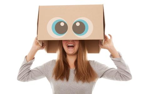 Femme avec une boîte isolée sur fond blanc Banque d'images - 15003363