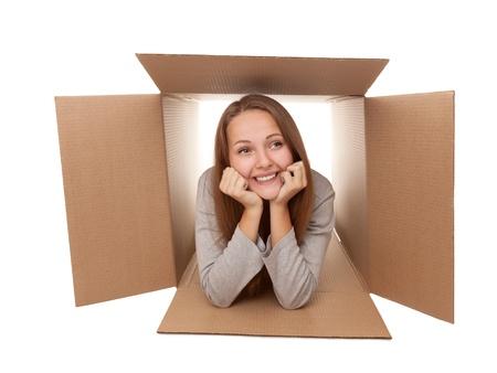 Fille s'est retiré dans une boîte en carton Banque d'images - 15172090