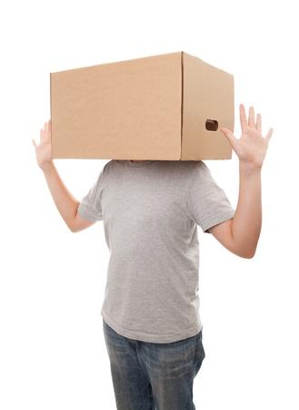 chlapec s krabicí na hlavě, samostatný nad bílým pozadím