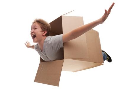 Garçon dans un rêve boîte en carton qu'il vole dans un avion dans le ciel Banque d'images - 15615973
