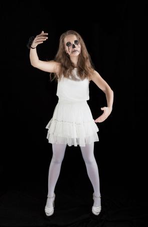 Halloween: Scène d'horreur d'une jeune mariée cadavre debout Banque d'images - 16055975