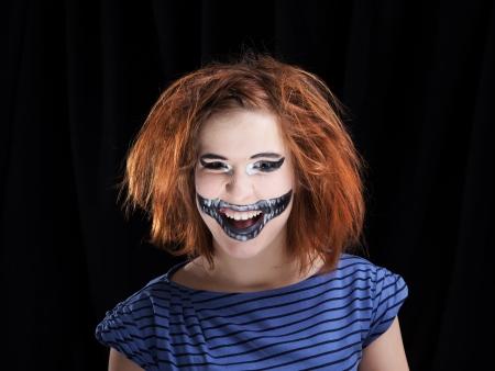 Portrét zrzky dívka make-up up pro oslavu Halloweenu, na černém pozadí