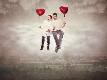 Mladý pár zamilovaný, létání nad městem na obláčku