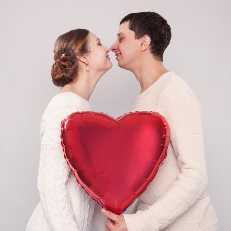 La fille et le gar?on avec des ballons en forme de coeur Banque d'images - 20700836