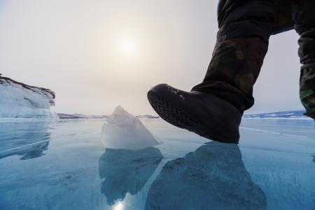 Frozen Lake Baikal et la jambe humaine Banque d'images - 22177992