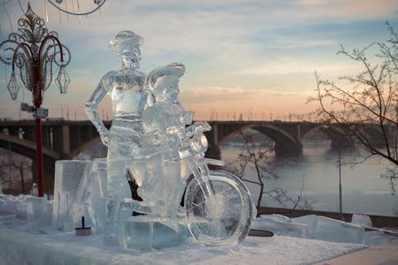 don quijote: Don Quijote y Squire en una bicicleta, una escultura de hielo en el muelle del río Yenisei, en la ciudad de Krasnoyarsk, Siberia, Rusia