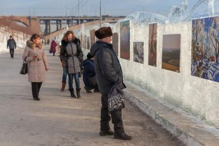 """KRASNOYARSK, Rusko - 18 ledna 2014: Výstava obrazů zimní tématikou. Festival """"Kouzlo led Sibiře"""" v Krasnojarsku. Redakční"""