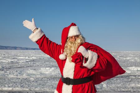 Père Noël, un geste de bienvenue, le tir a été effectué dans une journée ensoleillée sur le lac Baïkal Banque d'images - 27581414