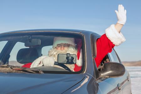 Portrait du père Noël dans la voiture, le tir a été effectué dans une journée ensoleillée sur le lac Baïkal Banque d'images - 29270664