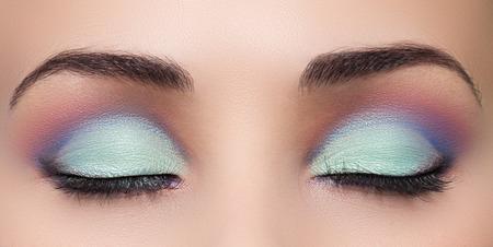 ojos hermosos: Detalle de la hermosa mujer de ojos con maquillaje, los ojos cerrados